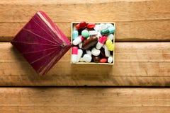 Concettuale della capsula su fondo di legno Vista superiore Fotografia Stock Libera da Diritti
