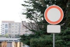 Concettuale tutti i veicoli hanno proibito il segno - con il bordo supplementare in bianco fotografia stock libera da diritti