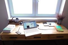 Concevez et avez équipé l'emplacement de travail pour travailler dans des WI de chambre spacieuse Photographie stock