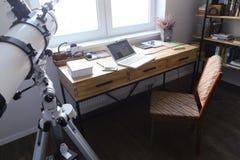 Concevez et avez équipé le bureau pour travailler des appareils dans le spacio Photos stock