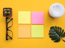 Concevez l'image de configuration d'appartement du bureau d'espace de travail avec des fournitures de bureau dessus Photographie stock libre de droits
