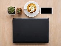 Concevez l'image de configuration d'appartement du bureau d'espace de travail avec des fournitures de bureau dessus Photographie stock