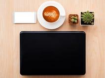 Concevez l'image de configuration d'appartement du bureau d'espace de travail avec des fournitures de bureau dessus Images stock