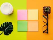 Concevez l'image de configuration d'appartement du bureau d'espace de travail avec des fournitures de bureau sur le fond vert et  Images stock
