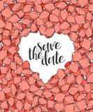 Concevez la carte postale de mariage avec des pétales de roses et la félicitation de calligraphie Image stock