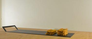 Concevez les morceaux, plateau moderne avec de petits casse-croûte Photo libre de droits