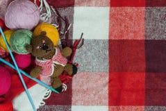 Concevez pour une carte postale ou un fond, jour du ` s de mère, un ours triste, tricotant des fils photographie stock