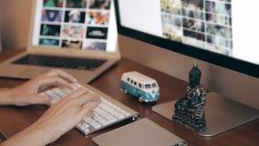 Concevoir au bureau en bois avec Wireframe et ordinateur banque de vidéos