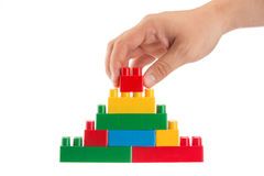 Concezione di affari, uomo che costruisce una parete con la b di costruzione di plastica Immagini Stock