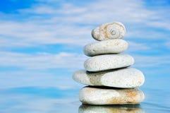 Concha de berberecho de piedra en el cielo Imagenes de archivo