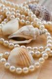 Concha de berberecho y perlas. Imagenes de archivo