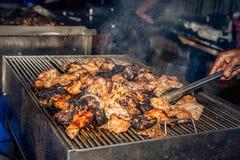 Concha de peregrino asada a la parrilla del pollo y con humo, imágenes de archivo libres de regalías