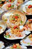 Concha de peregrino de los mariscos en tostada Imágenes de archivo libres de regalías