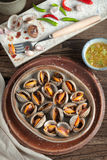 Concha de peregrino escalfada y salsa de mariscos picante, chile, ajo Fotos de archivo libres de regalías