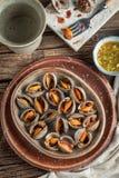 Concha de peregrino escalfada y salsa de mariscos picante, chile, ajo Fotografía de archivo libre de regalías