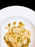 Concha de peregrino sofrita con la mantequilla de ajo en negro aislada fotos de archivo libres de regalías