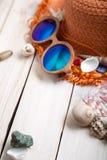 Conchas de berberecho del sombrero de los vidrios de los accesorios de la playa Imagen de archivo libre de regalías
