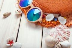 Conchas de berberecho del sombrero de los vidrios de los accesorios de la playa Fotos de archivo