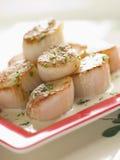 Conchas de peregrino chamuscadas con la salsa hundida de la crema y de la hierba Foto de archivo libre de regalías