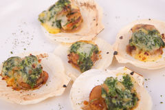 Conchas de peregrino de la tostada con queso y espinaca Imágenes de archivo libres de regalías