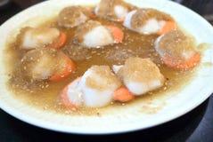 Conchas de peregrino frescas con la salsa coreana en placa Para la comida coreana c del Bbq Fotos de archivo