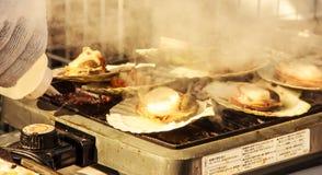 Conchas de peregrino frescas grandes carbonizadas en la cacerola Foto de archivo