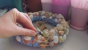 Conchas do mar da ligação na grinalda decorativa vídeos de arquivo