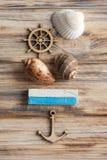Conchas marinas, ancla de madera y tiza azul Imagenes de archivo