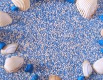 Conchas marinas con la sal de baño imagenes de archivo