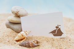 Conchas marinas con la tarjeta en blanco imágenes de archivo libres de regalías