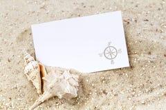 Conchas marinas con la tarjeta en blanco fotos de archivo libres de regalías