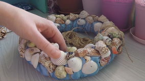 Conchas marinas de la vinculación en la guirnalda decorativa almacen de metraje de vídeo