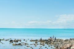 Conchas marinas del frunce de los adolescentes en Nessebar, Bulgaria Foto de archivo