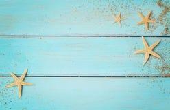 Conchas marinas del verano en fondo de madera imagenes de archivo