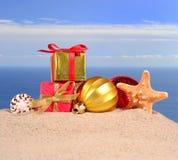 Conchas marinas y estrellas de mar de las decoraciones de la Navidad en una arena de la playa Foto de archivo