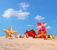 Conchas marinas y estrellas de mar de las decoraciones de la Navidad en una arena de la playa Fotografía de archivo libre de regalías