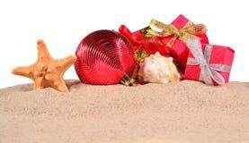 Conchas marinas y estrellas de mar de las decoraciones de la Navidad en una arena de la playa encendido Fotografía de archivo libre de regalías