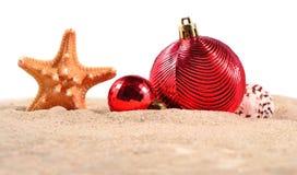 Conchas marinas y estrellas de mar de las decoraciones de la Navidad en una arena de la playa encendido Imagenes de archivo