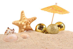 Conchas marinas y estrellas de mar de las decoraciones de la Navidad en una arena de la playa encendido Foto de archivo libre de regalías
