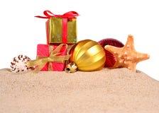 Conchas marinas y estrellas de mar de las decoraciones de la Navidad en una arena de la playa encendido Fotos de archivo libres de regalías