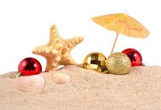 Conchas marinas y estrellas de mar de las decoraciones de la Navidad en una arena de la playa encendido Imagen de archivo