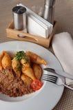 Conchiglia Bolognese на белой плите Концепция: традиционная итальянская еда стоковое изображение