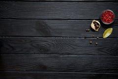 Conchiglie με το κόκκινο πιπέρι, το φύλλο κόλπων και το ινδοπέπερι στο αγροτικό blac Στοκ φωτογραφία με δικαίωμα ελεύθερης χρήσης
