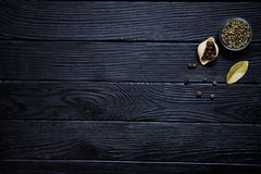 Conchiglie με το πράσινο πιπέρι, το φύλλο κόλπων και το ινδοπέπερι στο αγροτικό BL Στοκ Εικόνες