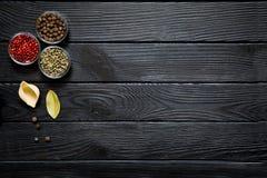 Conchiglie avec le poivron de poivre de Jamaïque, de feuille de laurier, vert et rouge sur la rouille Photos stock