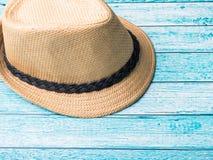 Conchiglie degli occhiali da sole dei sandali dei braccialetti del cappello di paglia del fondo di estate su uno spazio blu della Fotografia Stock Libera da Diritti