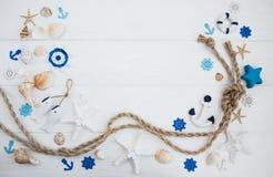 Conchiglie e decorazioni del mare con la corda Fotografia Stock