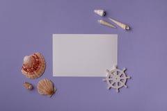 Conchiglie marine e carta di carta Fotografia Stock Libera da Diritti