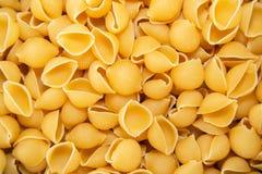 Conchiglie pasta i en hög royaltyfri bild