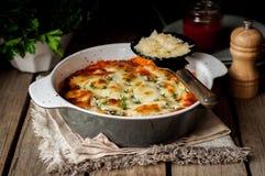 Conchiglioni bourré cuit au four avec la tomate Image stock
